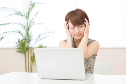 部屋でパソコンを見る女性 トラブル