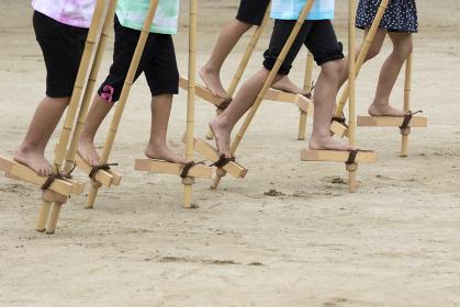 運動会の竹馬競走
