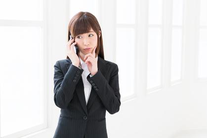 電話をする女性 考える ビジネス