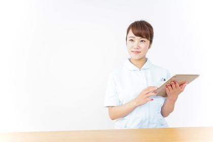 電子カルテを見る看護師