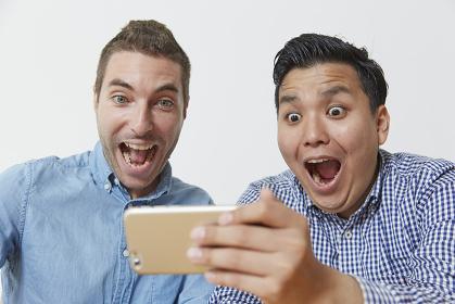 驚く日本人と外国人男性