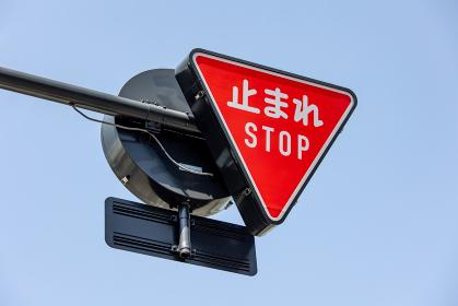 止まれ STOP の道路標識