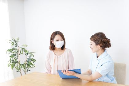 病院で説明を聞く女性