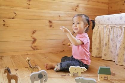 子供部屋で木の玩具で遊ぶ女の子