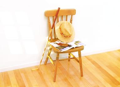 椅子の帽子とゴルフクラブ