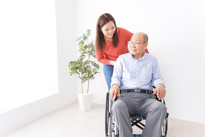 高齢者の介護をする女性
