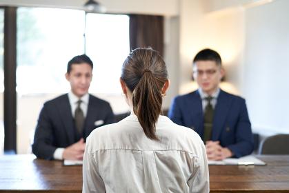 ビジネスカジュアルで面接を受けるアジア人女性ビジネスウーマン