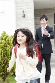 お父さんと登校する娘