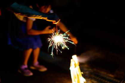 三蜜を避けて,手持ち花火を楽しむ【夏・納涼イメージ・ウィズコロナの夏レジャーのニューノーマル】