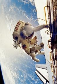 船外作業をする宇宙飛行士