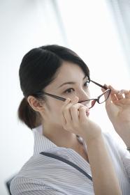 メガネをかけるビジネスウーマン