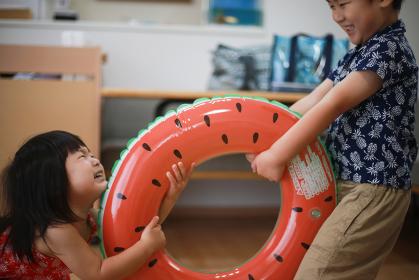 浮き輪を取り合う子供たち