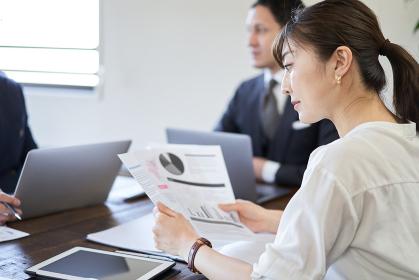 会議資料を見る日本人女性ビジネスウーマン