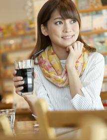 カフェでくつろぐ女性