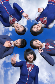 青空を背景に文化部や運動部のいろんな女子高生がエネルギーいっぱいの笑顔で将来に向かってチャレンジする