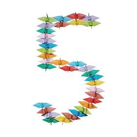 折り紙を並べて作った白バックの数字の5