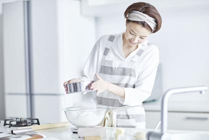 粉をふるう日本人女性