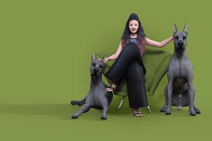 笑顔の女性が正面を向きながら緑色のソファーに座って両脇にいる二匹のグレートデンの頭を撫でている