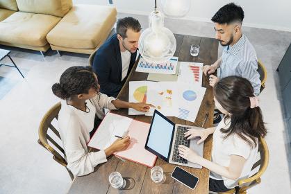 カジュアルな雰囲気のオフィス空間でミーティングするビジネスマンたち