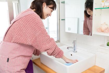 掃除をする女性 洗面所