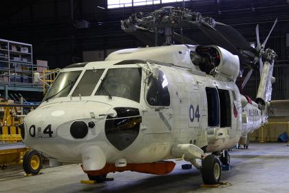整備中のSH-60Jヘリコプター(2010海上自衛隊大村航空基地祭~雨天ハンガー内開催)