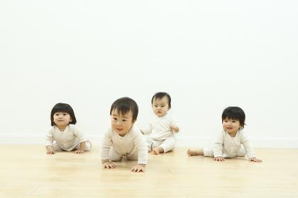 室内で遊ぶ赤ちゃん
