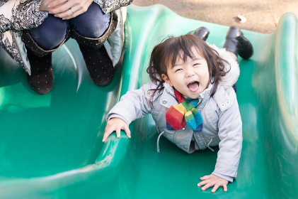 遊具で遊ぶ子ども(無邪気な表情)