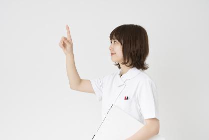 上を指差す看護師