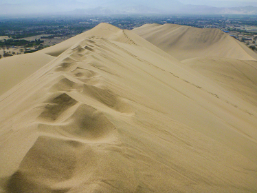 ペルー・ワカチナの砂漠で背中の峰を歩いた足跡