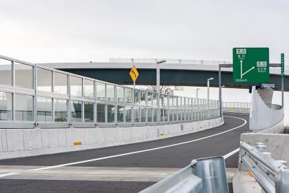 高速道路の分岐する車線(厚木市・神奈川)