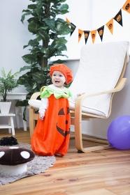 ハロウィンの飾りつけをした部屋の女の子