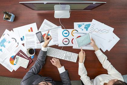 データを見ている日本人ビジネス男女