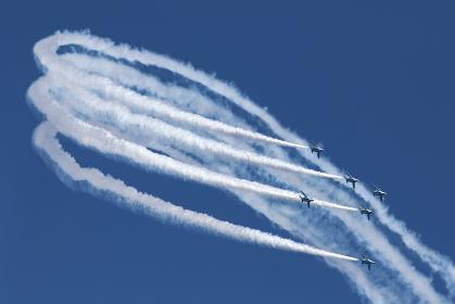青空でアクロバット飛行するブルーインパルス(航空自衛隊)