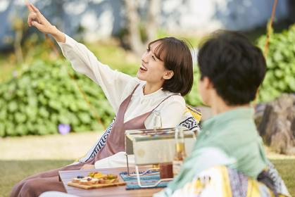 庭キャンプを楽しむ日本人カップル