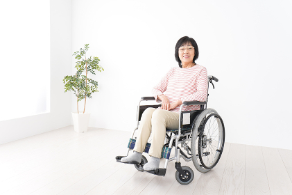 車椅子に乗るおばあさん