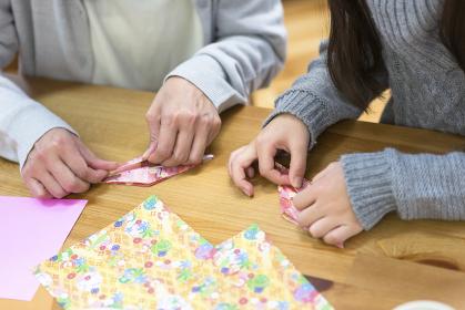 折り紙をする親子