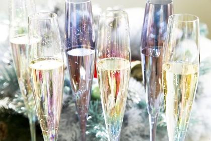 シャンパングラスとクリスマスリース