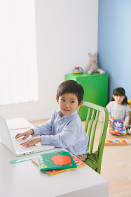 子供部屋でパソコンを操作する日本人の男の子