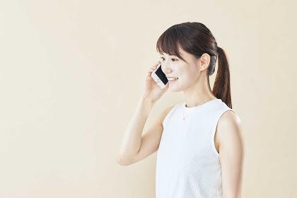 スマホで通話をする日本人女性