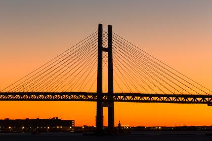 横浜大桟橋から見た夜明けのベイブリッジ・日