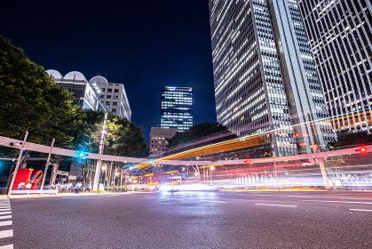 新宿のビルと交差点