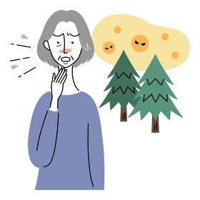 花粉症でくしゃみをするシニア女性
