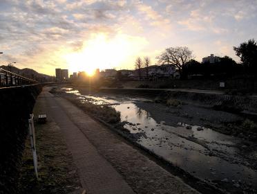 水無川の夜明け