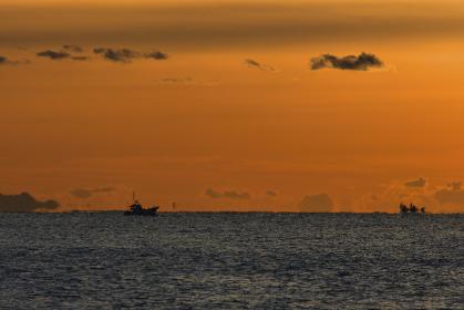 冬の海に出漁する漁船