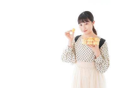 おやつを食べる若い女性