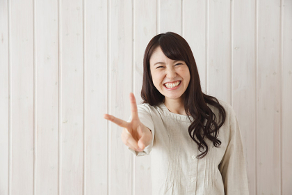 Vサインをする日本人女性