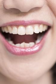 笑顔のシニア女性の口元