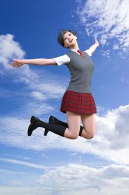 カラッと晴れた青空を背景に元気一杯にジャンプするエネルギッシュなショートヘアの女子学生