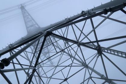 雨天時の鉄塔を見上げる