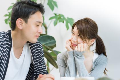 笑顔で会話する夫婦